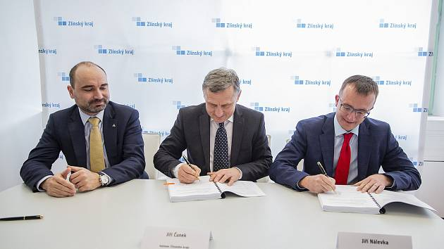 Hejtman Jiří Čunek podepsal smlouvu o zajištění vlakové dopravy  se zástupci společností České dráhy a Arriva.