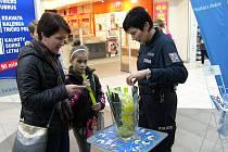 V předvánoční době provádí policie preventivní akce zaměřené na kapsáře a zloděje.FOTO zdroj: PČR.