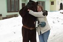 Zatančit by si měla s medvědem každá hospodyně.