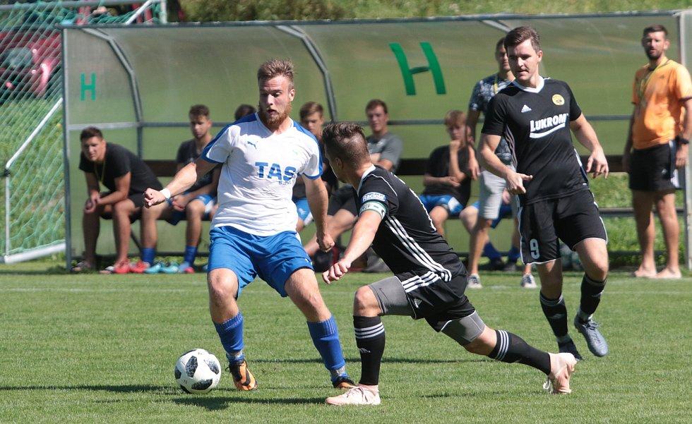 Fotbalisté Luhačovic (v černých dresech) prohráli se Štítnou nad Vláří 1:2 na penalty. Foto: pro Deník/Jan Zahnaš