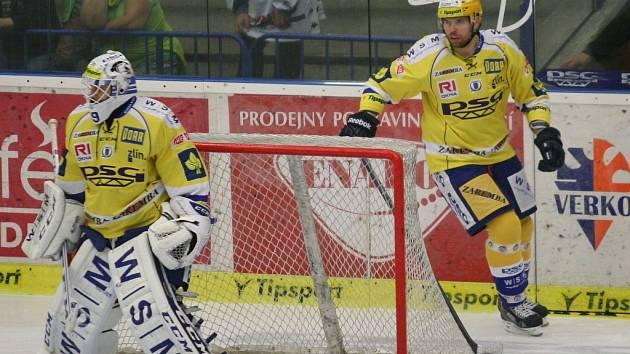 Extraligoví hokejisté Zlína (ve žlutém) se v pátek 19. září pokoušeli proti Liberci o první body sezony.