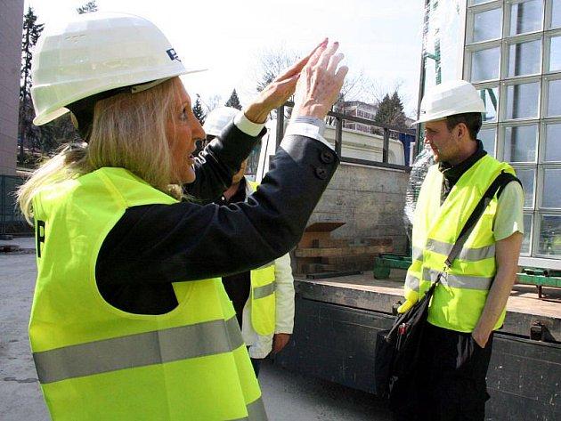 Stavba Kulturního centra ve Zlíně bude dokončená do 29. září, kdy bude slavnostní otevření. Na její průběh se byla 26. března podívat autorka, světoznámá architektka Eva Jiřičná.