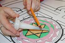 Tvorba tradiční mandaly v rámci festivalu Poselství Tibetu
