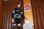 Volič Matěj Vrásek ze Zlína, který přijel na kole a v cyklistickém  odvolit do hřebčína v Napajedlích, kde byla dvojice volebních okrsků. V Napajedlích má totiž trvalé bydliště.
