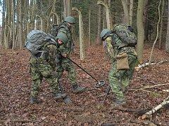 Vojáci čistí prostor kolem muničního skladu ve Vrběticích.