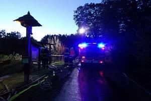 Požár stodoly ve Vysokém Poli, likvidovalo sedm jednotek hasičů.