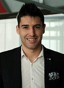 Srbský stoper fotbalistů Zlína Zoran Gajić pózuje na letišti v Brně. Do Moldávie odletěl v dobré náladě a s optimismem.
