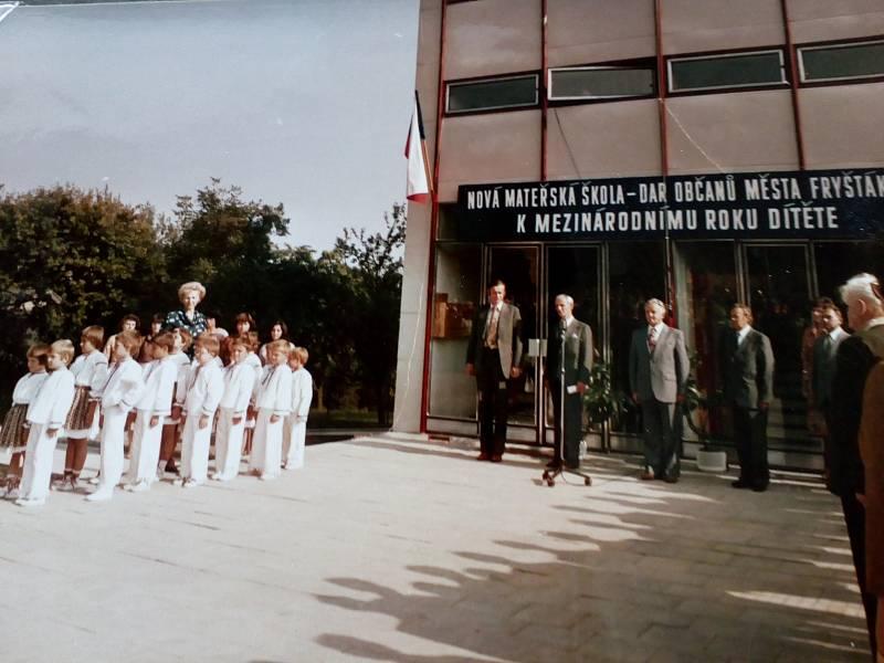 PŘED ŠKOLKOU. Představitelé města Fryšták při slavnostním otevření.
