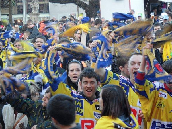 Fanoušci PSG Zlín na náměstí Míru ve Zlíně.