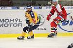 Extraligoví hokejisté Zlína (ve žlutém) v pátek v 7. kole doma hostili Pardubice. Na snímku  Okál. Foto: pro Deník/Jiří Hejtmánek