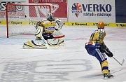 Hokej Zlín (ve žlutomodrém) - Pardubice