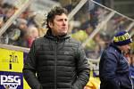 Extraligoví hokejisté Zlína (ve žlutém) v pátečním 49. kole doma hostili zachraňující se Litvínov. Na snímku trebér Svoboda