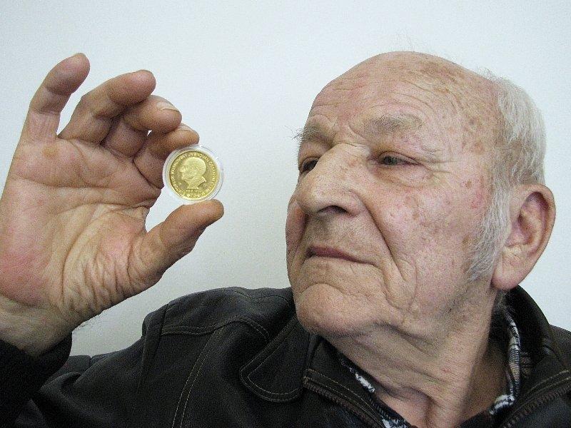 Zlatou medaili s portrétem Svatopluka Klinkovského ocenili numismatici na 11 600 korun.