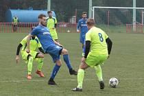 Fotbalisté Otrokovic B (modré dresy) v neděli dopoledne přehráli Žalkovice 3:1.