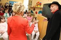 Jan Přeučil předčítal dětem pohádky v Baťově nemocnici ve Zlíně. Svůj umělecký přednes zakončil autogramiádou.