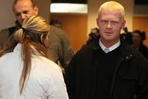 Bývalý strážník Roman Šiška (vpravo) u soudu dne 8. ledna 2009.