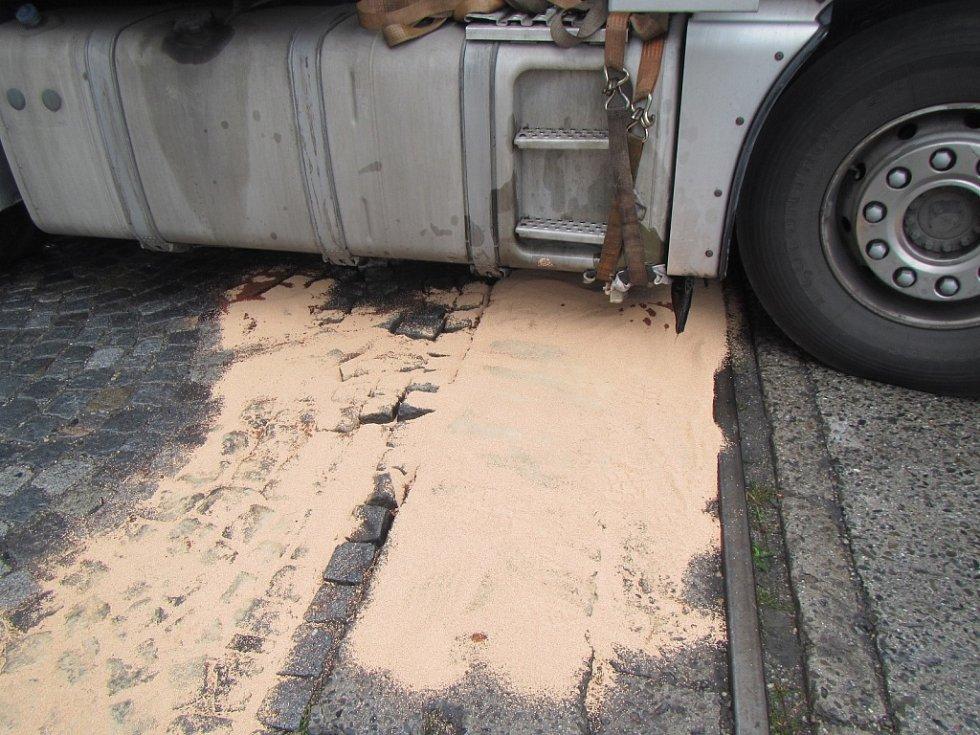 Z poškozené nádrže kamionu vyteklo nejméně 800 litrů nafty