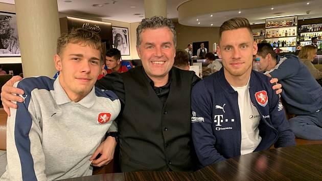 Známý podnikatel a fotbalový agent Roman Brulík (uprostřed) s Lukášem Kalvachem (vpravo).