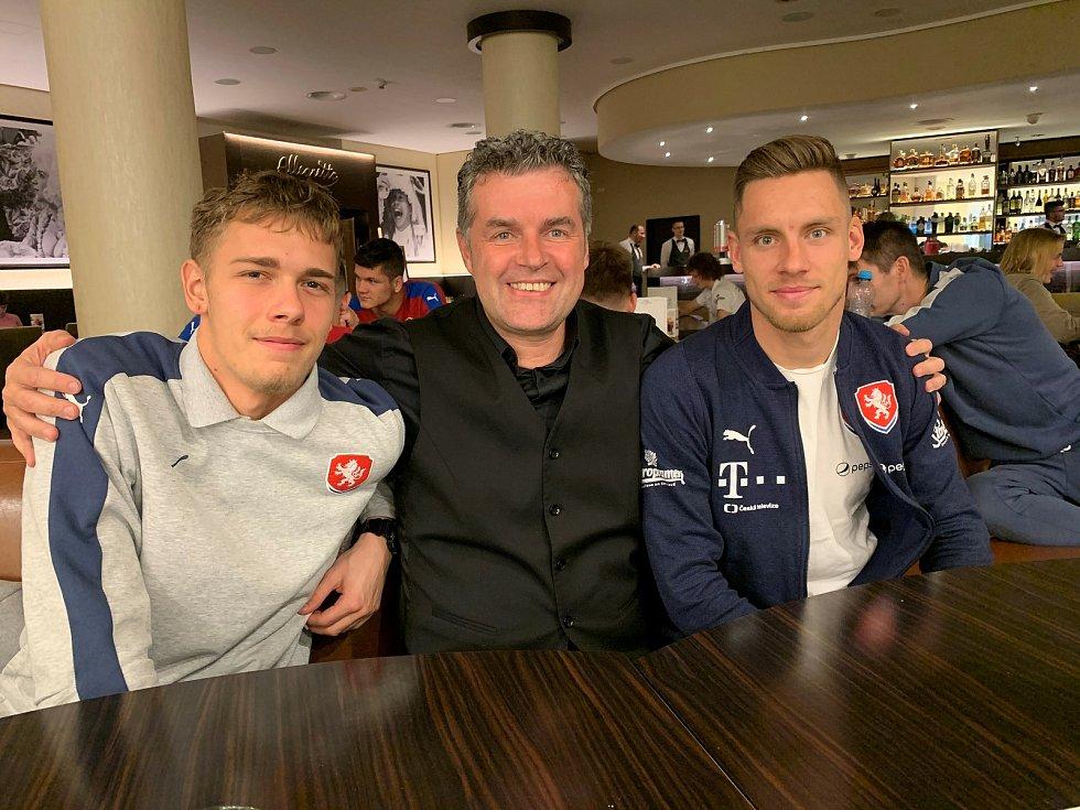 Známý podnikatel a fotbalový agent Roman Brulík (uprostřed) s Lukášem Kalvachem (vpravo) a brankářem Jakubem Markovičem.
