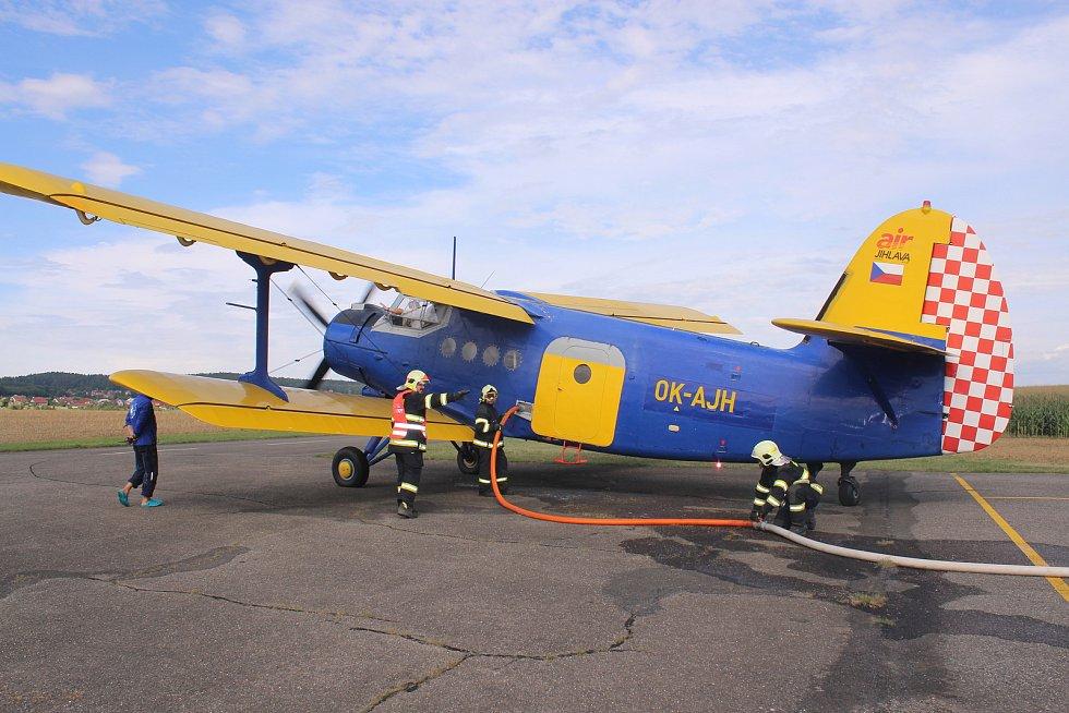 Na letišti ve Zlíně-Štípě cvičili krajští hasiči čerpání vody do letadla.