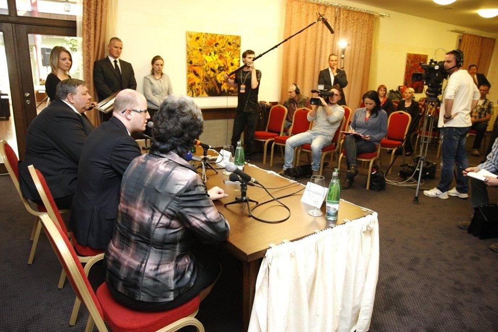 Premier Bohuslav Sobotka na návštěvě Zlínského kraje. Tisková konference v hotelu Baltaci.