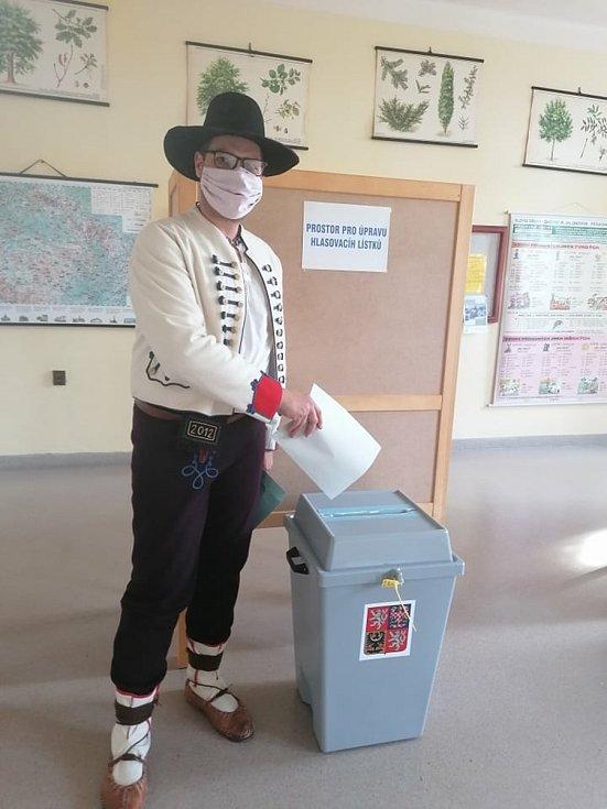 Volby do krajského zastupitelstva v Bystřici pod Hostýnem. Jeden z voličů, člen souboru VSPT Rusava, dorazil v kroji.