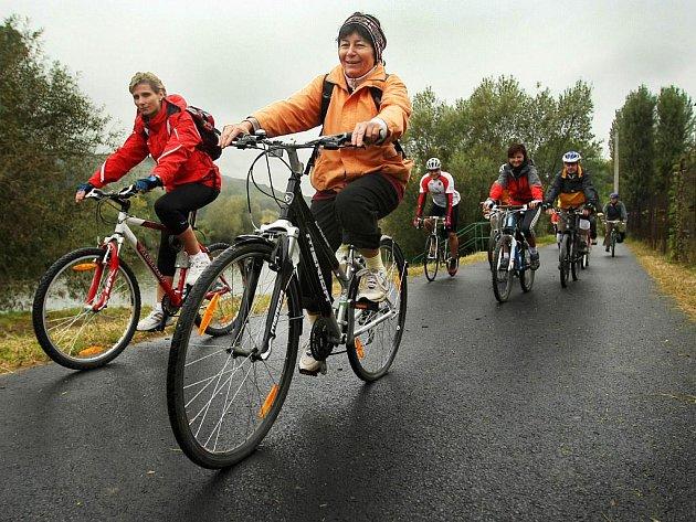 Novou cyklostezku z Otrokovic do Napajedel ve středu 30. září slavnostně otevřeli starostky obou měst. Cyklostezka má asfaltový povrch a je 2,8 metru široká.