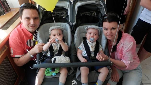 Jedním ze šťastných párů, kterému se podařilo porodit zdravé děti, je také Dagmar Salvetová a Zdeněk Salvet. Jejich synové Tobiášek a Matyášek mají 17 měsíců.