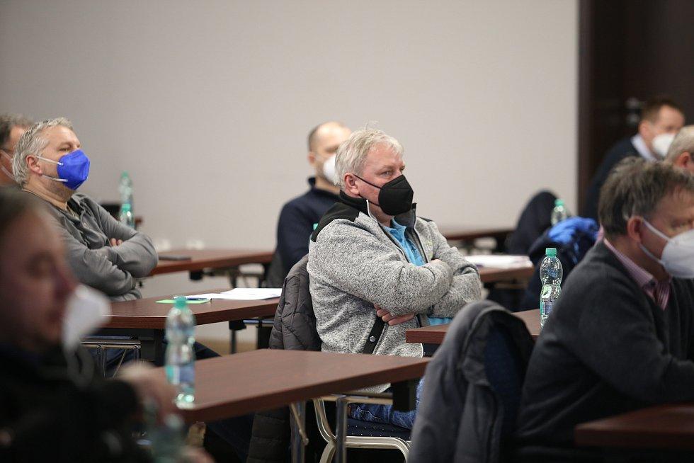 Zástupci klubů Okresního fotbalového svazu Zlín si v úterý odpoledne zvolili nové vedení pro nadcházející čtyři roky. Nakonec 47 přítomných delegátů ze 75 možných potvrdilo mandát stávajícímu předsedovi Pavlu Brímusovi, stejně jako celému výkonnému výboru