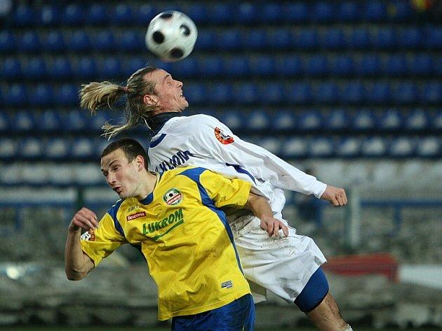 Domácí Martin Bača (ve žlutém).