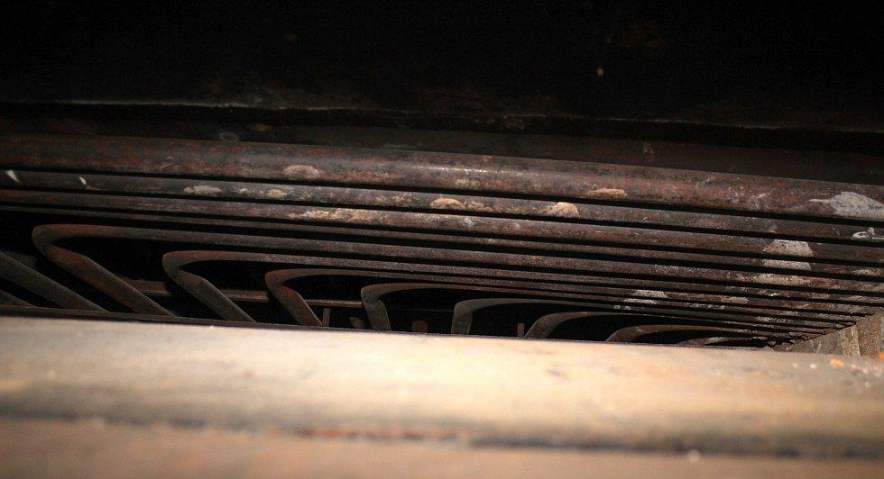 Unikátní téměř stoletá parní pec v Halově pekárně ve Vizovicích v říjnu 2020. Perkinsonovy trubky uvnitř pece rozvádí horkou páru a vytopí pec až na 300 stupňů Celsia.