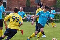 Fotbalisté Újezdu (ve žlutých dresech) porazili ve 23. kole okresního přeboru Zlínska Štípu.