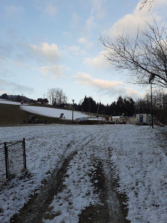 Skiareály ve Zlínském kraji praskaly o víkendu ve švech. Přesto si lidé zimní radovánky užili. Skiareál Trnava na Zlínsku.