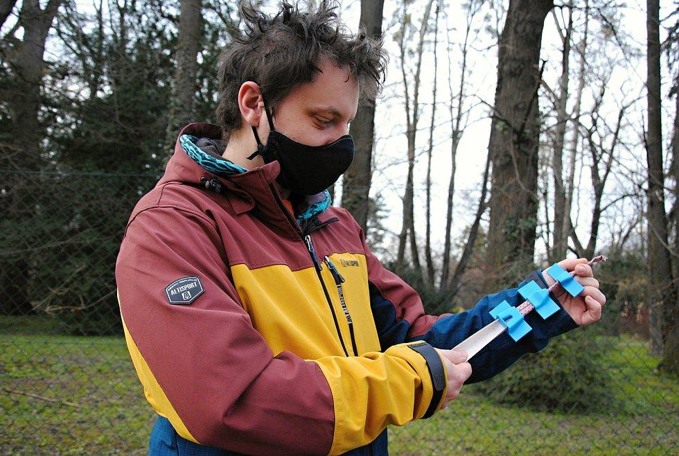 Jakub Pešek z Krhové na Valašsku se ve volném čase věnuje 3D tisku rádiem řízených modelů aut. Během jarní první vlny epidemie koronaviru však své domácí vybavení využil k výrobě pomůcek usnadňujících šití roušek.