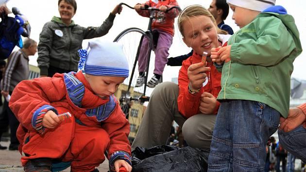 Děti se mohly zapojit do skládání duhy z vršků i okusit jízdu na vysokém kole.