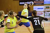 Házenkářky Zlína (ve žlutém) v 7- kole MOL ligy porazily rivala a nováčka z Hodonína 23:20.