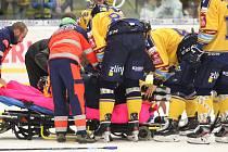 Extraligoví hokejisté Zlína v pátečním 23. kole (ve žlutém) hostili Litvínov. Na snímku zraněný Žižka