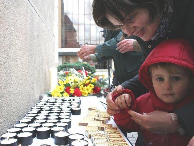 Zapalování svíček u Pomníku obětem totality