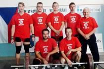 Jakub Hochman, Lukáš Hofbauer, Pavel Jančík, Dominik Šesták a trenér Jaroslav Janeba. Zleva dole Lukáš Bohun a Josef Stuchlík.