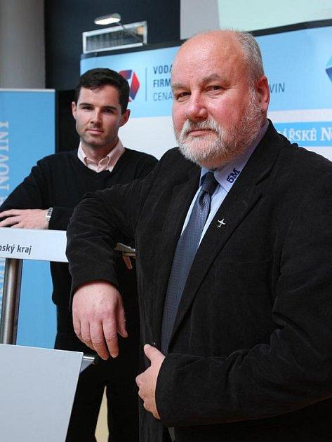 Vpředu Antonín Zelinka, ředitel firmy 5M, která získala titul Vodafone Firma roku Zlínského kraje 2010. V pozadí obchodní zástupce firmy 5M Vlastimil Černý.Autor snímku:
