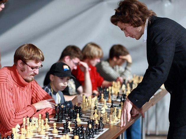 Sedmáctiletý mistr Mezinárodní šachové federace Cyril Ponížil ze Zlína sehrál na zlínském náměstí simultánku.
