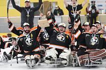 Sledge hokejisté Lapp Zlín (v černém) otočili finálovou sérii para ligy, když o víkendu porazili Studénku dvakrát 5:0 . Svěřenci trenéra Tomáše Sedláčka dosáhli na pátý český titul v řadě, celkově šestý.