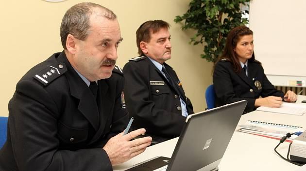Zlínští policisté budou řešit i vraždy. Na snímku zleva - František Dočekal, Bedřich Koutný a mluvčí zlínské policie Jana Bartíková.