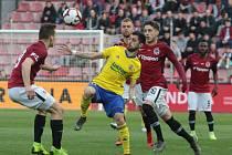 Fotbalisté Zlína (ve žlutých dresech) v pondělní dohrávce 27. kola FORTUNA:LIGY prohráli na Spartě 0:2.