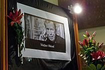 Obyvatelé Zlína si v pondělí 19. prosince připoměnli památku zesnulého prvního polistopadového prezidenta Václava Havla na zlínské radnici, kde podepisovali kondoleční knihu.