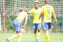 Prvoligoví fotbalisté Fastavu Zlín (ve žlutém) se na pátý pokus v přípravě na novou sezonu dočkali vítězství. Po čtyřech předchozích remízách v sobotu dopoledne na hřišti v Luhačovicích porazili třetiligový Frýdek-Místek 4:1.