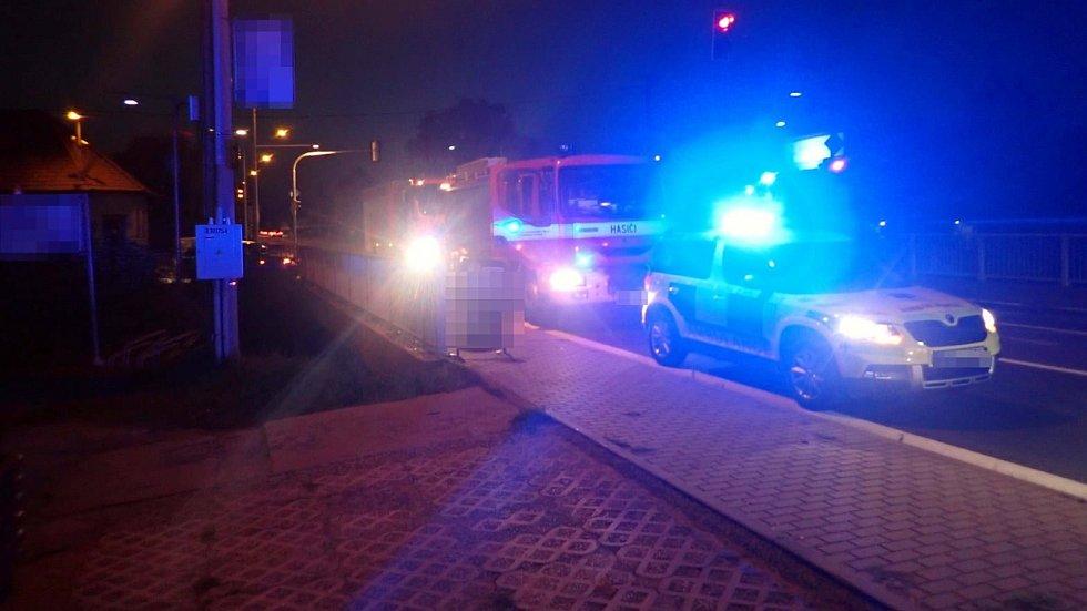Auto vjelo v Želechovicích nad Dřevnicí do restaurační zahrádky.