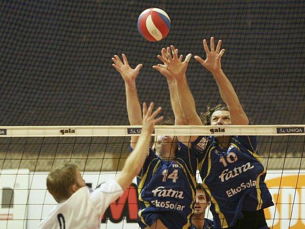 Zlínští volejbalisté (v modrém) v sobotu porazili Odolenu Vodu 3:1 a vyhoupli se do čela tabulky nejvyšší soutěže.