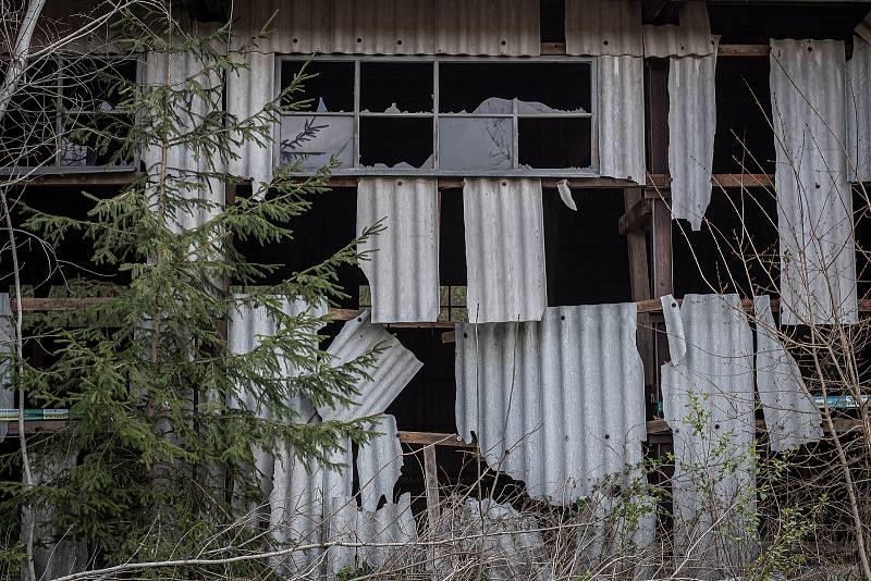 Zničený hangár v areálu ve Vrběticích na Zlínsku, 3. května 2021. Ve Vrběticích v roce 2014 explodoval muniční sklad. Po sedmi letech vyšlo najevo podezření na zapojení ruské tajné služby (GRU a SVR) do výbuchu.