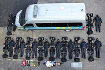 Policisté přiblížili, co všechno vozí ve vozidle pořádkové jednotky.